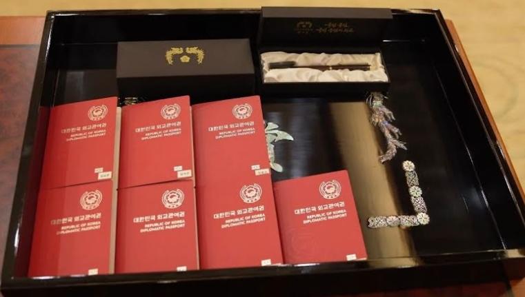 委任状の授与と記念万年筆に加えて、各メンバーは外交パスポートを受け取った