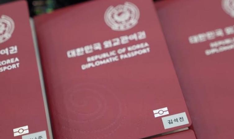 メンバー全員は特別使節および外交パスポートの所有者として外交特権を持つ