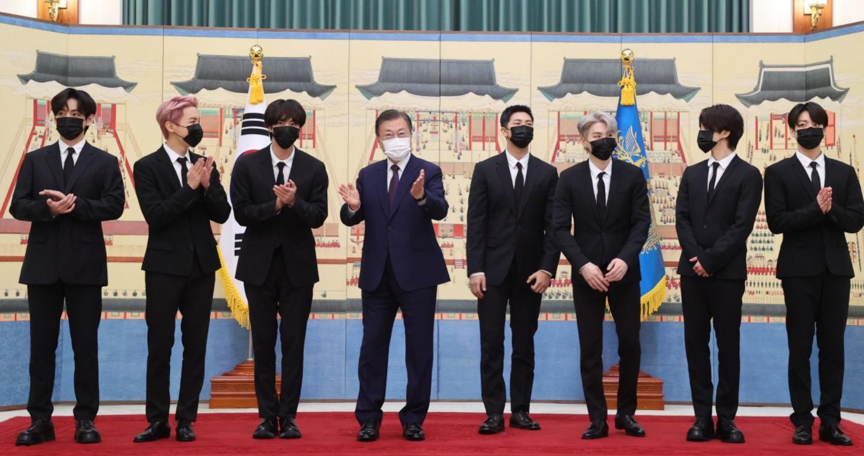 防弾少年団が韓国大統領に認められ、外交パスポートを受け取る